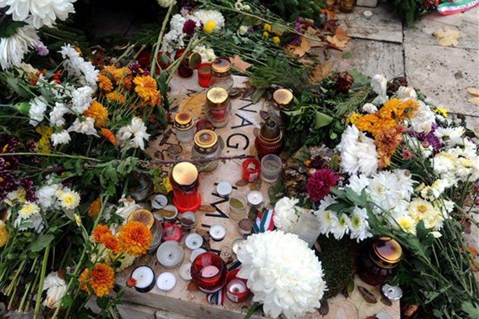 Mécsesek és virágok Nagy Imre néhai miniszterelnök sírjánál (november 4, nagy imre, új köztemető)