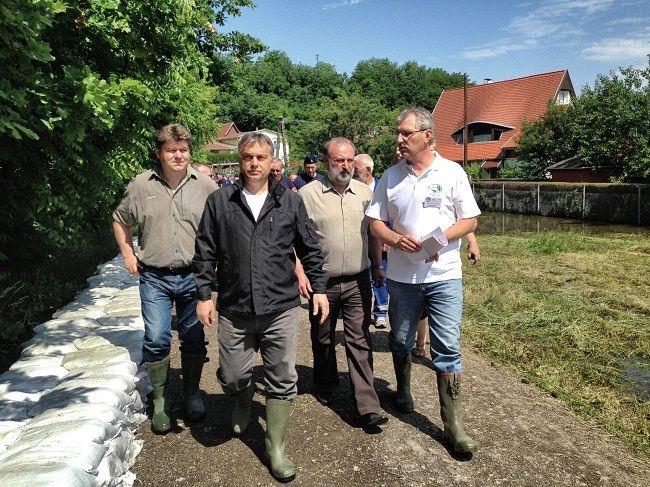 Orbán Kisapostagnál (orbán viktor, árvíz 2013)