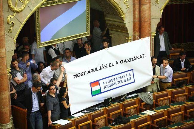 Parlament tüntetés PM (pm)