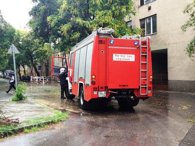 Tűzoltók mentenek Szegeden a vihar után (Tűzoltók mentenek Szegeden a vihar után)