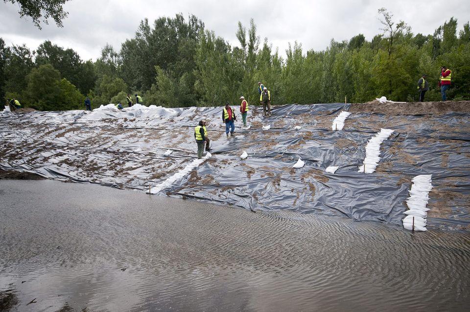 arviz-Gyorujfalu-2013(960x640)(2).jpg (árvíz 2013, győrújfalu, homokzsák, gát, )