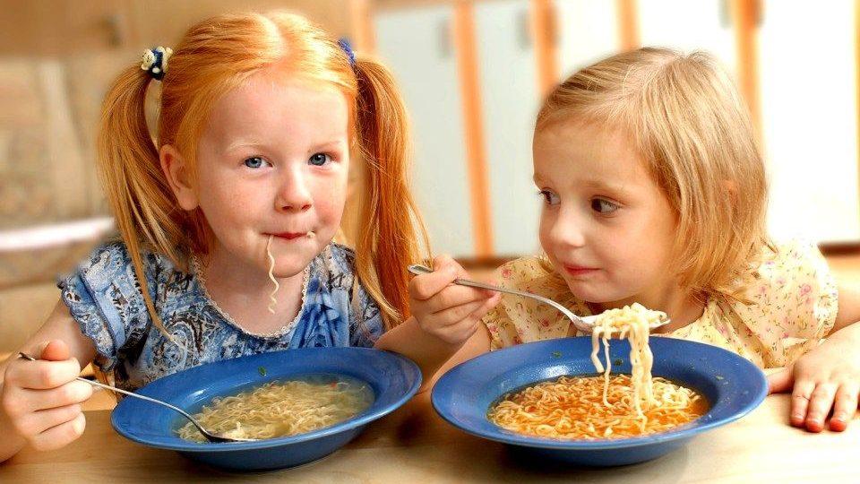 gyermekétkeztetés (gyerekek, esznek)