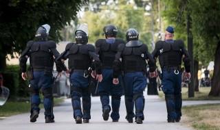 kommandósok a menekülttáborban  (kommandó, rendőrök, )