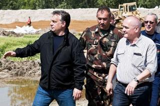 orbán viktor és hende csaba a gáton (orbán viktor, hende csaba, árvíz, )