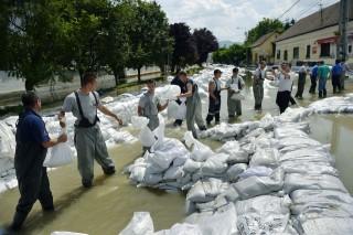 tuzoltok (árvíz 2013, )