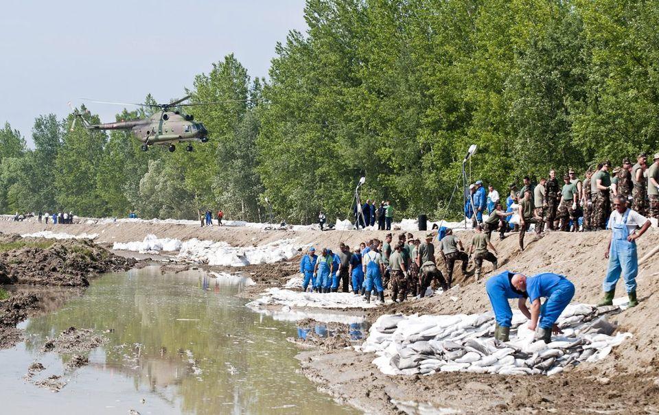 védekezés győrújfalunál (árvíz 2013, győrújfalu, )