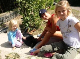 Botka László lányai az új kutyával (Botka László lányai az új kutyával)