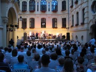 Koncert a szegedi Városháza udvarán (Koncert a szegedi Városháza udvarán)