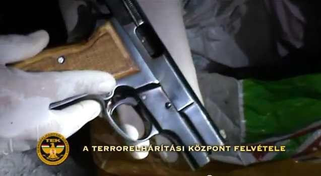 Lőfegyvereket foglalt le a TEK (Lőfegyvereket foglalt le a TEK)