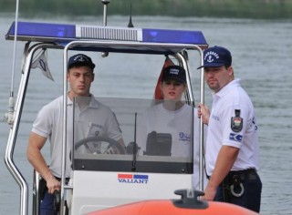Tourist Police (vízirendőrök, )
