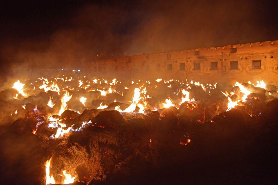 Bálatűz (tűz, oltás, tűzoltó, ég, lángok, )