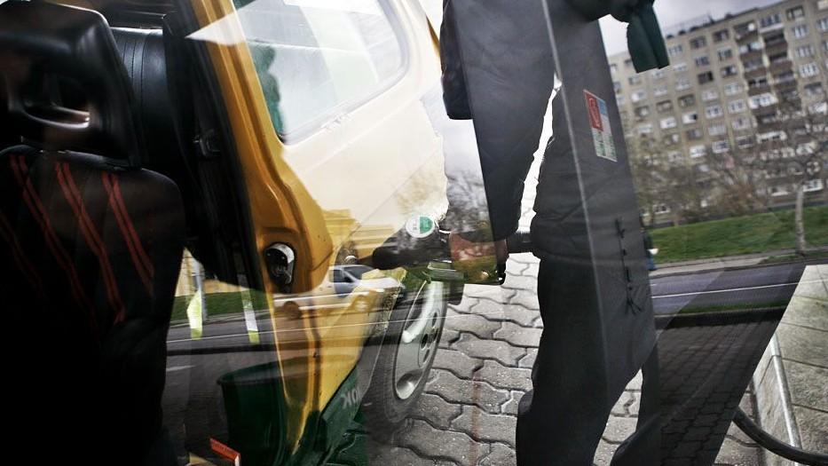 benzin(960x640)(1).jpg (benzin, tankolás, )