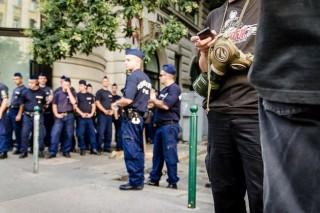 rendorok-a-prideon(210x140)(1).jpg (rendőr, budapest pride)