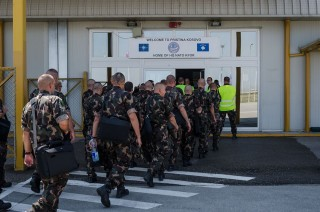 Katona érkezés (repülőtér, érkezés, katona, katonák)