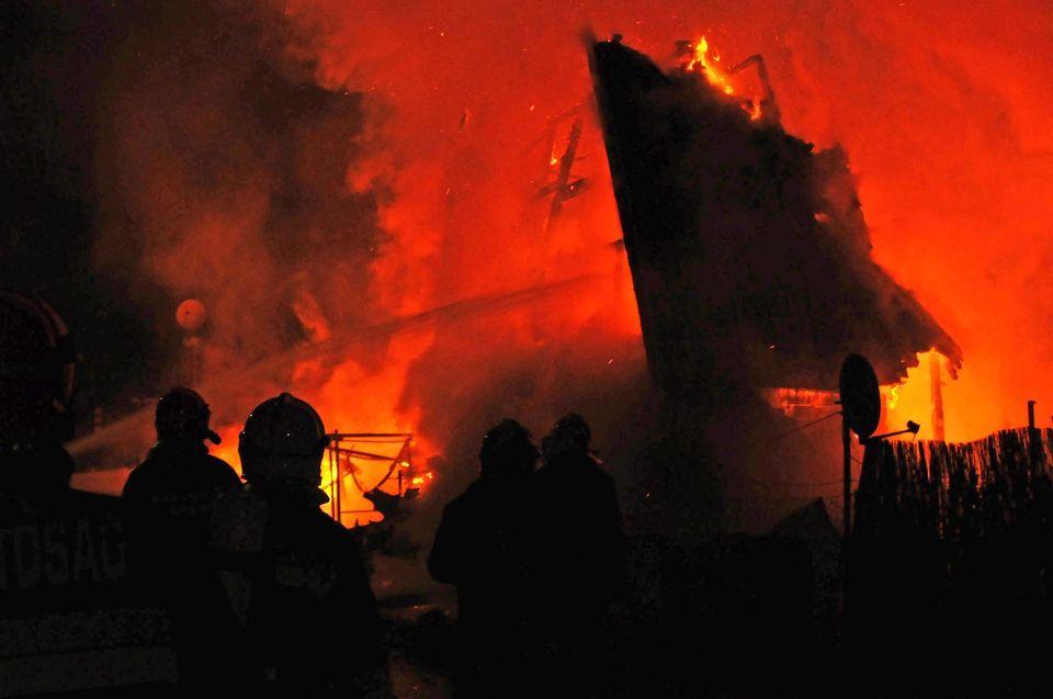 égő ház (ég, tűz, leégett, tűzoltó, )