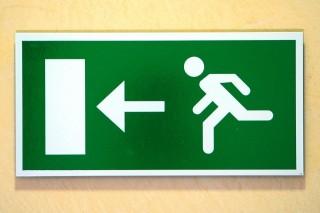 kijárat (elbocsátás, távozás, )