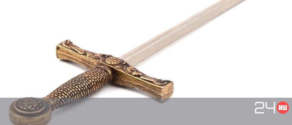70 centi pengehosszúságú karddal akarta levágni ismerőse fejét