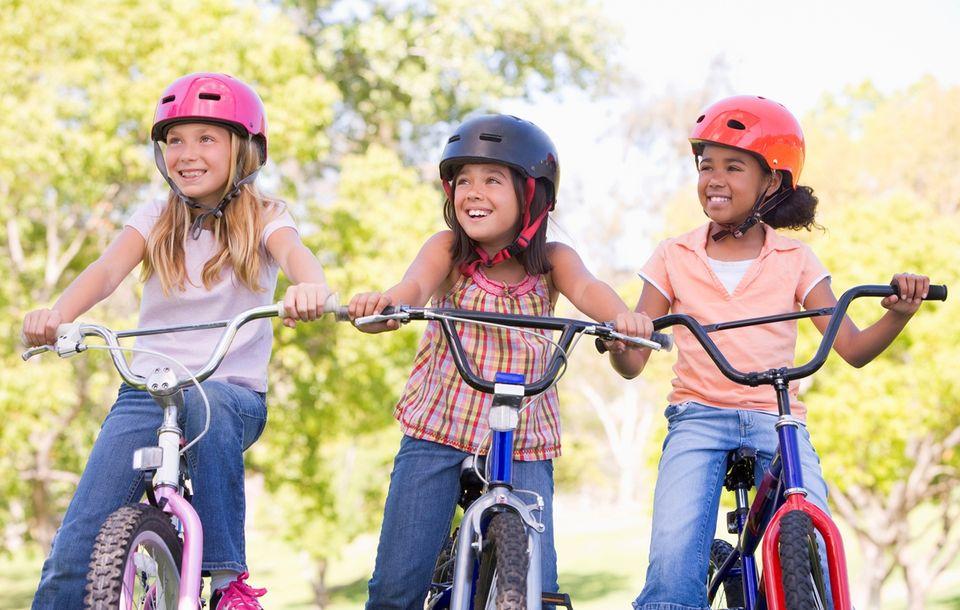 bicikliző gyerekek (bicikli, gyerekek, kerékpár, testmozgás, )
