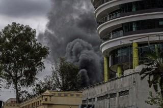 füst a nairobi pláza felett (nairobi, keny, terrortámadás, )