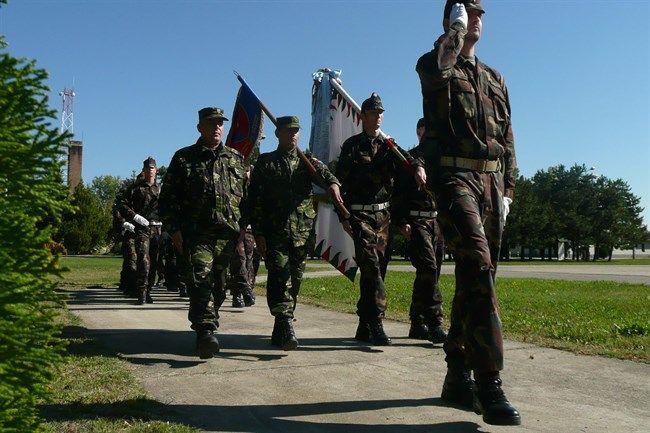katona-zaszloval(650x433).jpg (zászló, katona, román, magyar, )