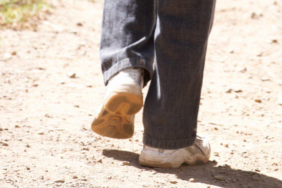 séta (kisfiú sétál)
