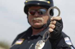 Amerikai rendőr bilinccsel (bilincs, amerikai rendőr, rendőr, )