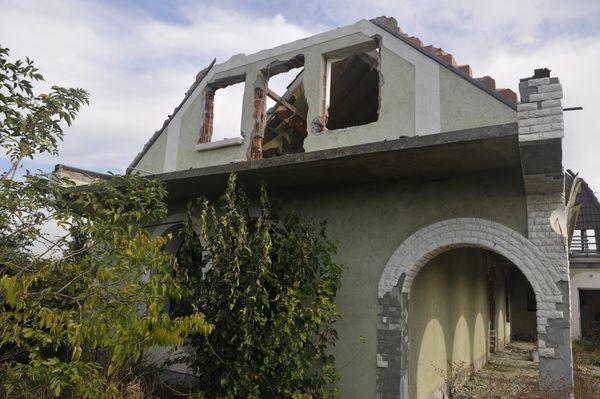 Egykori olajvállalkozó szétlopott villája  (olajszőkítés, romos épület, )