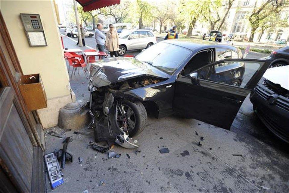 auto-falnak(960x640).jpg (falnak ütközött, baleset, )