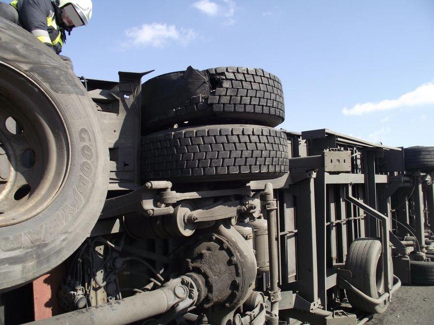 felborult kamion (kamion, teherautó, baleset, )