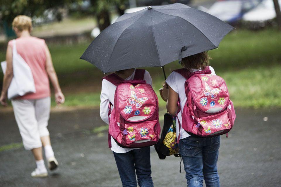 iskolások (iskola, iskolás, kislány, esernyő, eső, )