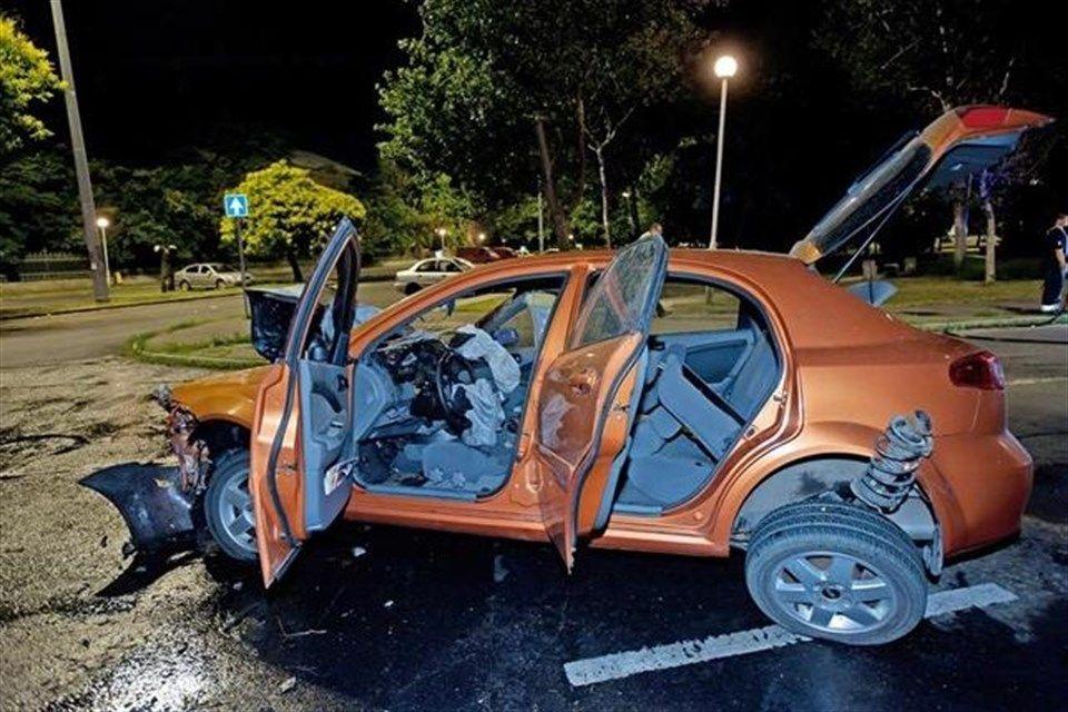 osszetort-auto(1)(960x640).jpg (összetört autó, égő autó)