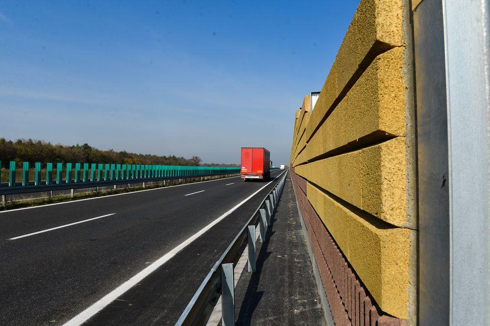 zajvédő fal (zajvédő fal, )