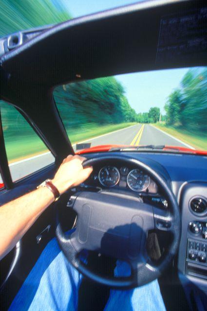 Száguldó autó (száguld, autó, országút, )