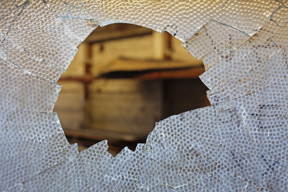betort-uveg(960x640)(7).jpg (betört üveg, rongálás, vandalizmus, )