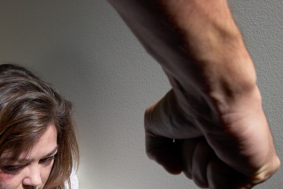 családon belüli erőszak (erőszak, üt, ököl, )