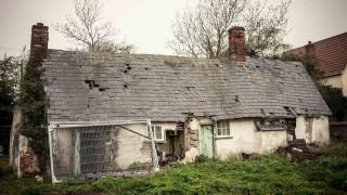 szellemház (szellemház, elhagyott ház, lakatlan ház)