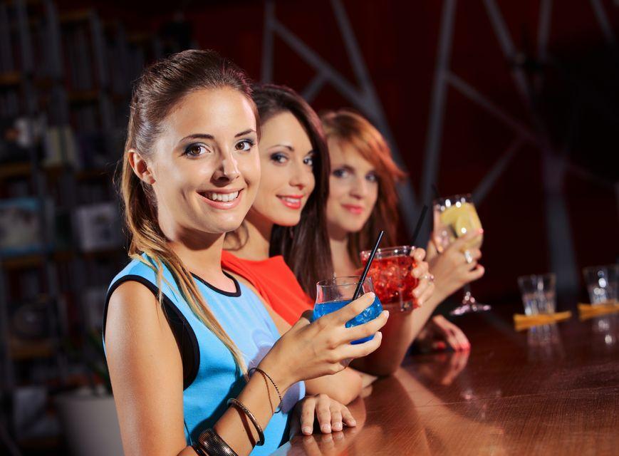 Alkoholfogyasztó nők (nők, alkohol)