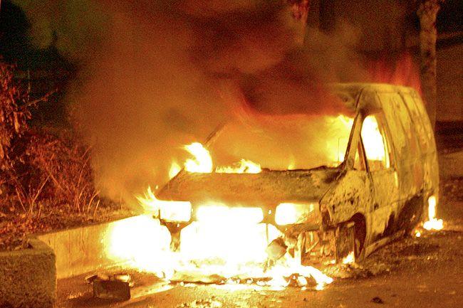 égő autó (lángoló autó)
