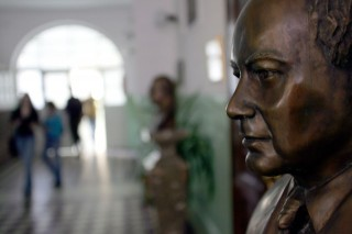 Neumann János szobra a Fasori Evangélikus Gimnáziumban (Neumann János szobra a Fasori Evangélikus Gimnáziumban)