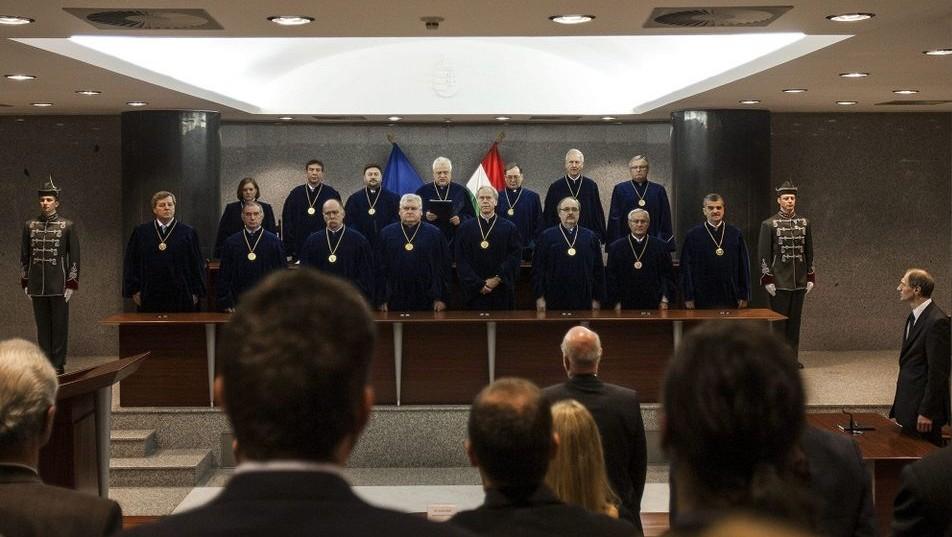 alkotmánybíróság (alkotmánybíróság, )
