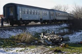 autó és vonat ütközött  (baleset, )