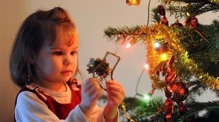 karacsonyfa-diszites(1)(960x640).jpg (karácsonyfa, karácsonyfadísz, díszítés, )