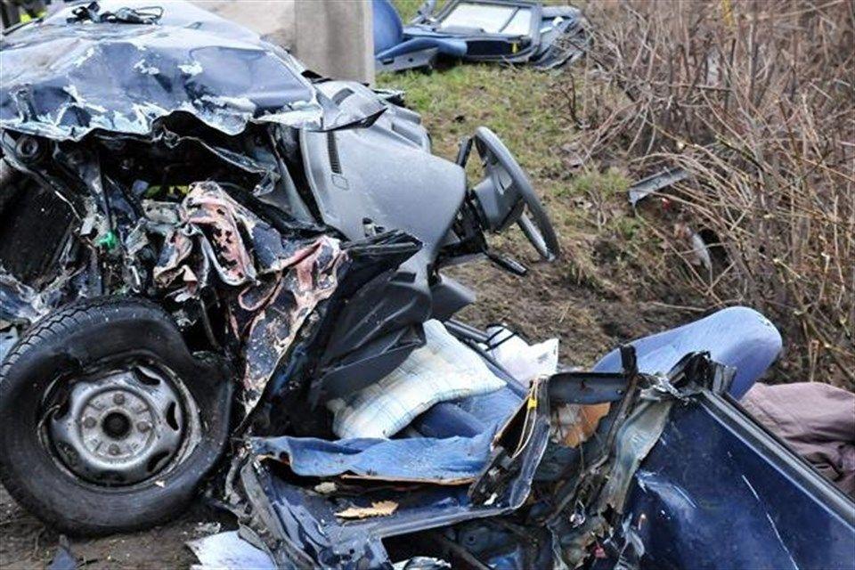 roncsauto-torott-auto(2)(960x640).jpg (baleset, roncs, törött autó, )