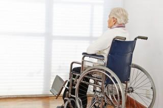 tolókocsis idős nő (nő, idős, beteg, tolókocsi, )