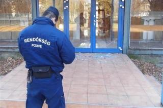 Rendor-a-Corvin-iskola-elott(1)(960x640).jpg (rendőr, rongálás, )