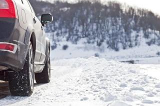 autó télen (tél, hó, autó, erdő)