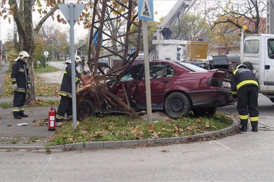 baleset, villanyoszlopnak ütközött egy autó (baleset, )