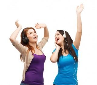 zenét hallgat (zene, fülhallgató, rádió, )