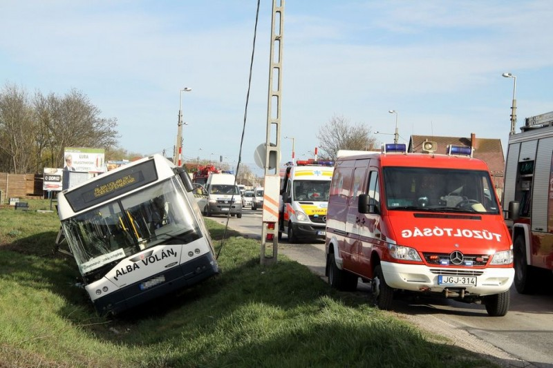 autóbusz balesete (árokba borult, )