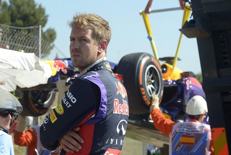 Montmelo, 2014. május 9. Elszállítják Sebastian Vettelnek, a Red Bull csapat címvédõ német versenyzõjének (b) az autóját, amely felett elveszítette uralmát a Forma-1-es autós gyorsasági világbajnokság elsõ szabadedzésén a Spanyol Nagydíjának otthont adó montmelói pályán 2014. május 9-én. A futamot május 11-én rendezik. (MTI/AP/Manu Fernandez)